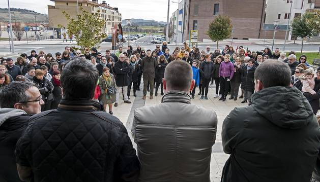 Foto de la concentración convocada ayer al mediodía junto al Ayuntamiento de Ayegui, a la que se sumaron también corporativos y vecinos de Estella.