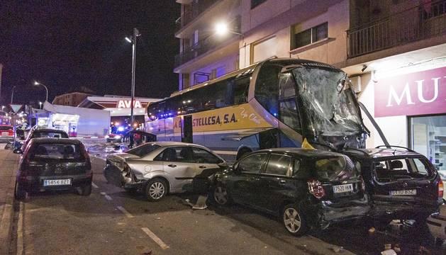 Foto del autobús accidentado el viernes tras impactar contra la gasolinera y ocho vehículos.