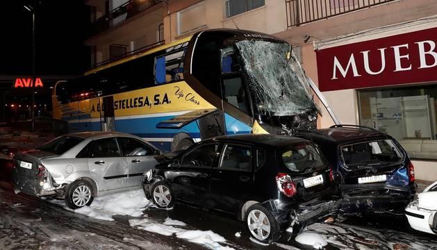 Un autobús de La Estellesa se estrelló este viernes, 17 de enero, contra una gasolinera, arrollando a viandantes y a varios vehículos, en la localidad navarra.