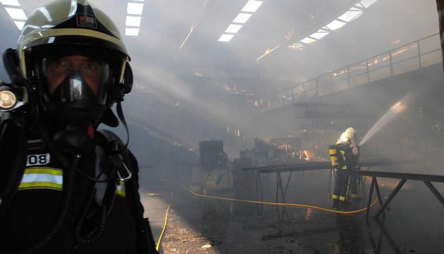 Un bombero, durante los trabajos de extinción de un incendio en una industria de Orkoien.
