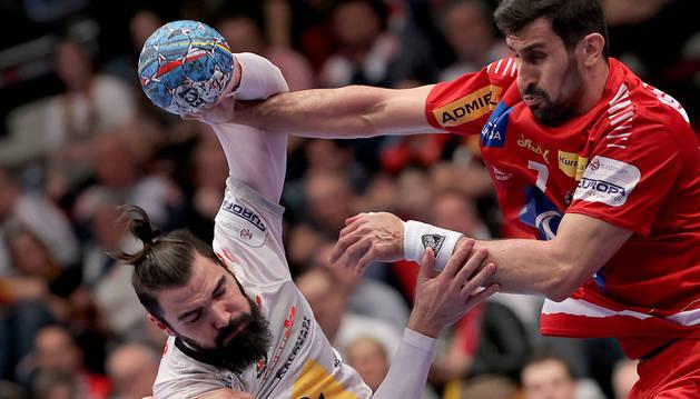 Jorge Maqueda y Janko Bozovic, en el partido España-Austria del Europeo de balonmano.