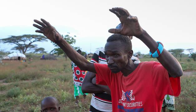 Steven Leto, del poblado Tungai Manyatta, en Kenia, recrea la invasión de las langostas.