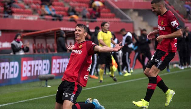 El delantero croata Ante Budimir (i) del RCD Mallorca, celebra junto a su compañero Daniel Rodríguez su gol ante el Valencia, durante el partido de la duodécima jornada de LaLiga Santander.
