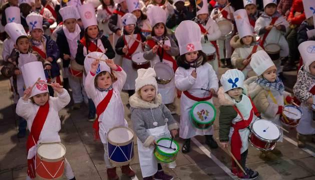Un grupo de niños disfrutan golpeando los tambores al comienzo de la tamborrada txiki.