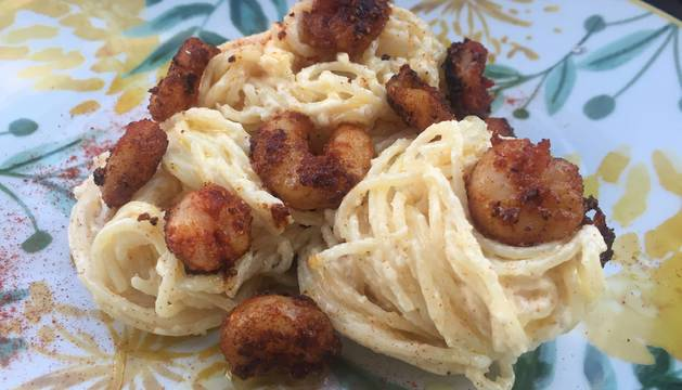 Espaguetis con salsa de mahonesa y gambas al pimentón
