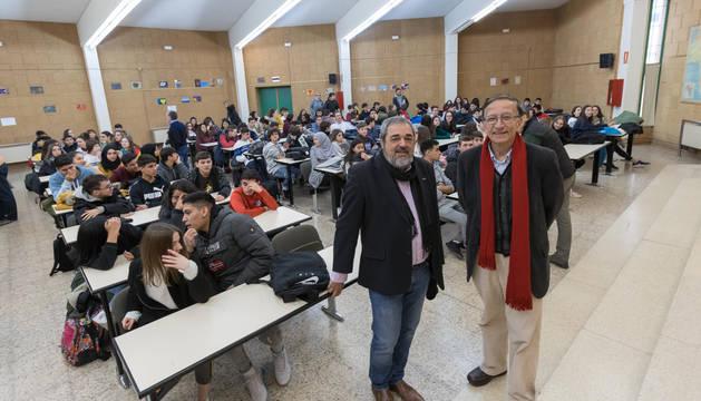 Foto de los escritores Carlos Aganzo y Ramón García Domínguez, ante los alumnos del IES Benjamín de Tudela.