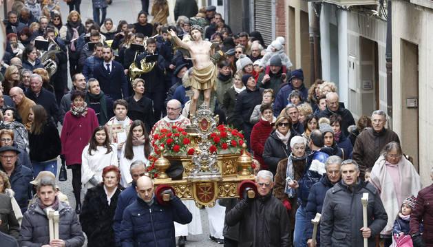 Cientos de sangüesinos siguieron la marcha procesional, desde el ayuntamiento hasta la iglesia de Santiago.