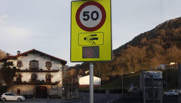 Tramo limitado a 50km/h de la N-121-A a su paso por Ventas de Arraitz.