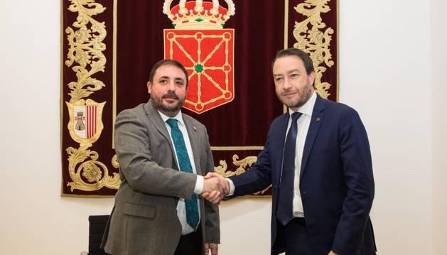 El Presidente del Parlamento de Navarra, Unai Hualde, y el Rector de la Universidad Pública de Navarra, Ramón Gonzalo.