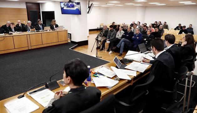 El juicio por el denominado caso Osasuna ha comenzado este lunes pasadas las 9.30 horas. La Sección Segunda de la Audiencia de Navarra enjuicia a seis exdirectivos de Osasuna, tres exjugadores del Betis y dos agentes inmobiliarios acusados de delitos de apropiación indebida, societarios, falsedad en documento mercantil, falsificación de las cuentas anuales y corrupción deportiva (por el supuesto amaño de partidos).