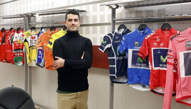 Foto de Beñat Intxausti, con varios maillot de su recorrido profesional.