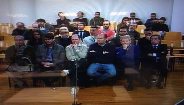 Los acusados, en el banquillo, en el comienzo del juicio.