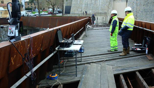 Foto de los operarios en la prueba de carga dinámica sobre la pasarela de Labrit.