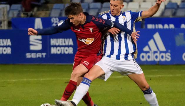 Marc Cardona protege el balón en el partido de Osasuna contra el Recreativo de Copa del Rey.