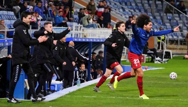 Foto de los jugadores suplentes de Osasuna celebran su victoria ante el Recreativo de Huelva, este martes durante el encuentro de dieciseisavos de final de la Copa del Rey disputado en el estadio Nuevo Colombino de Huelva.
