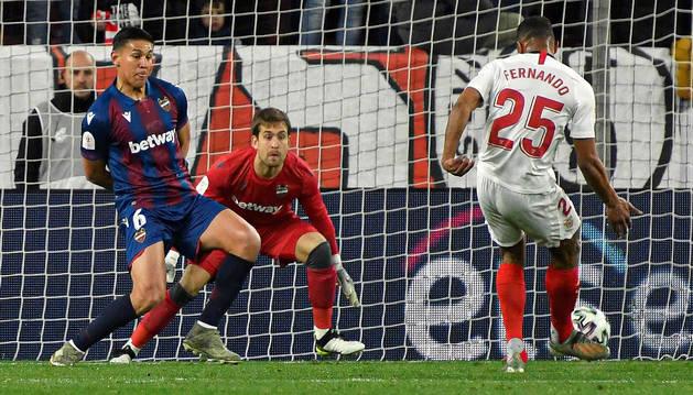 Foto del delantero del Sevilla Fernando Reges disparando a puerta para anotar el primer gol de su equipo ante el Levante en la eliminatoria de Copa del Rey,