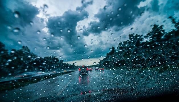 Imagen de la lluvia sacada desde el interior de un vehículo que circula por una de las carreteras que permanece abierta a pesar del temporal.