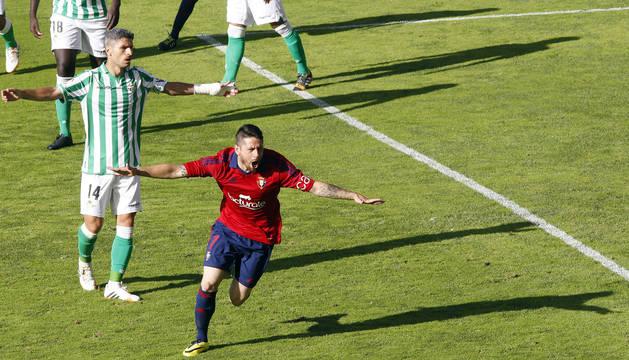 El Toro Acuña celebra el gol al Betis en el partido de la última jornada de la temporada 2013-14.