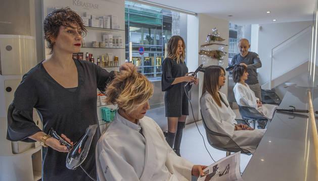 Varios profesionales trabajan en una peluquería.