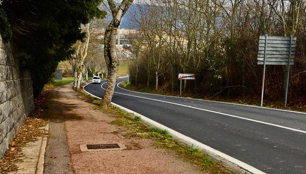 Aspecto de la acera tras superar la travesía de Cizur Menor. Las raíces de los árboles han levantado el asfalto y dificultan el tránsito.