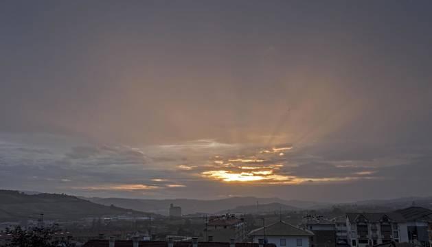 Foto de la imagen del amanecer del 21 de enero sobre Estella y Ayegui.