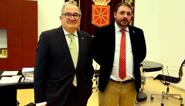 El presidente de Osasuna, Sabalza, junto al presidente del Parlamento foral, Unai Hualde.
