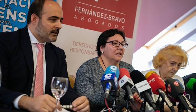 El abogado del Defensor del Paciente, Francisco Javier Fernández-Bravo; la madre de la paciente afectada y la presidenta de la Asociación Defensor del Paciente, Carmen Flores.