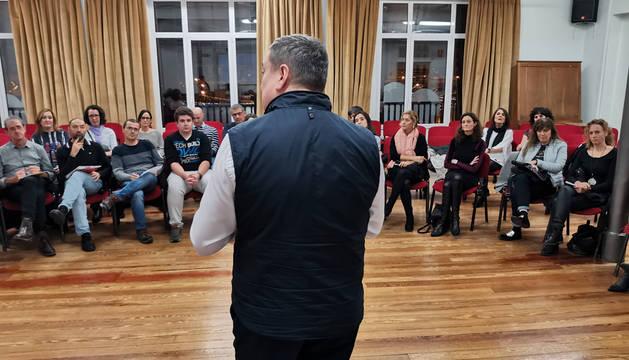 Sesión informativa que tuvo lugar en el Orfeón con responsables de los coros participantes. dn