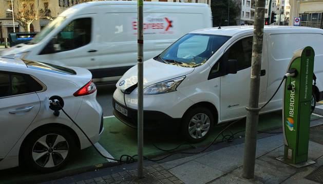 Foto de un coche eléctrico en un punto de recarga.