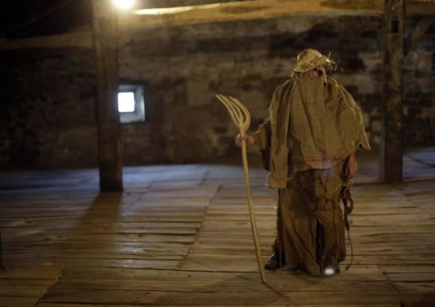 Foto de la figura del 'Arotza' o herrero posa en el 'sabai' de la posada. Carnaval de Lanz.