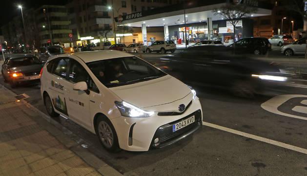 Foto de un taxi en servicio nocturno.
