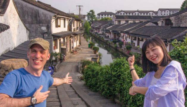 Foto del beratarra Javier Telletxea Gago y su mujer, Lele, que se encuentran en una provincia china en cuarentena por el coronavirus.