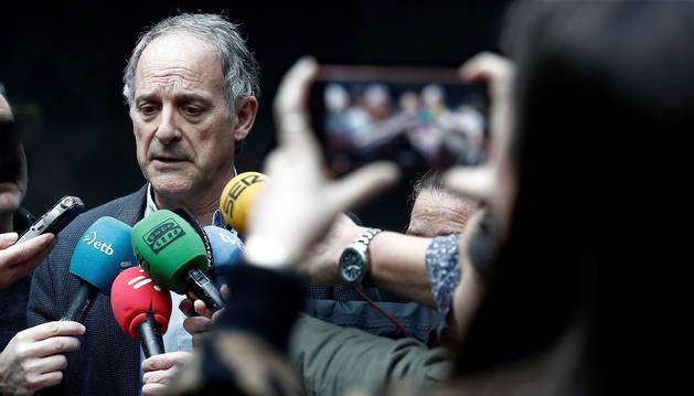 El portavoz de EH Bildu en el Parlamento de Navarra, Adolfo Araiz, durante su comparecencia ante los medios de comunicación para explicar el acuerdo presupuestario alcanzado entre el Ejecutivo Foral y EH Bildu.