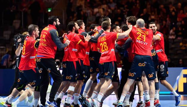 Foto de los jugadores españoles celebran la victoria.