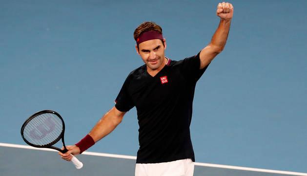 Federer celebra su sufrida victoria ante el australiano John Millman.