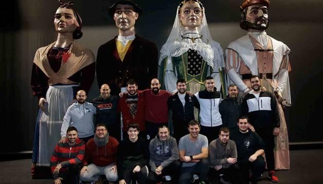 Varios de los integrantes de la Comparsa en una foto de familia junto a los gigantes, Josefa, Francisco, Leonor de Bordón y Bernard d`Armagnac.