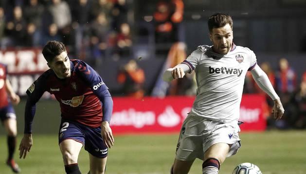 Foto del centrocampista del Levante, Toño García (d), conduce el balón ante el defensa de Osasuna, Nacho Vidal, durante el encuentro correspondiente a la jornada 21 de primera división disputado esta noche en el estadio de El Sadar, en Pamplona.