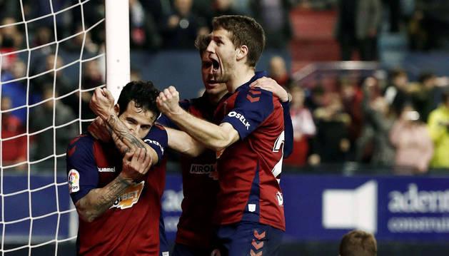 Rubén García celebra el primer gol de Osasuna con Cardona y Brasanac.