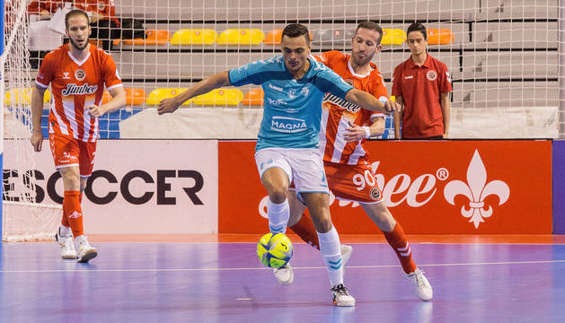 Foto del pívot de Osasuna Magna, Mancuso, autor del sexto gol de su equipo, trata de controlar ante la defensa de Fernández.