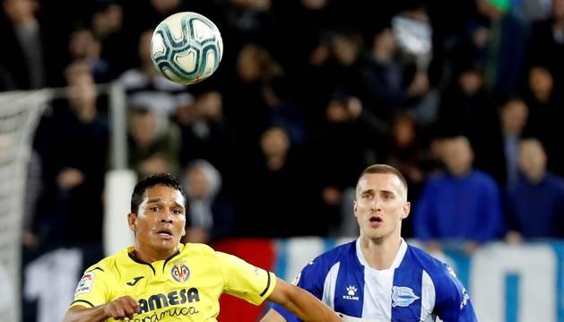 Carlos Bacca y Rodrigo Ely disputan el balón en el encuentro de La Liga Santander.
