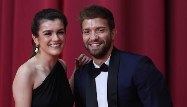 foto de Amaia Romero y Pablo Alborán, posan en la alfombra roja de los Premios Goya
