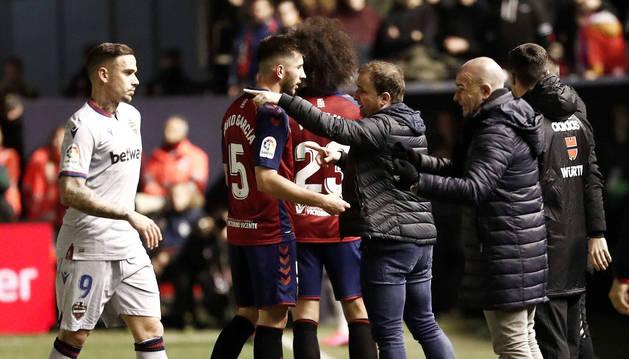 El técnico de Osasuna, Jagoba Arrasate, da instrucciones en el partido contra el Levante.