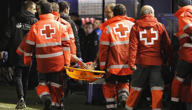 Miembros de la Cruz Roja retiran en camilla al Chimy Ávila tras lesionarse contra el Levante.