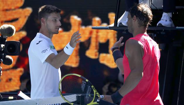 Saludo entre Pablo Carreño y Rafa Nadal tras finalizar el choque de tercera ronda del Abierto de Australia 2020.