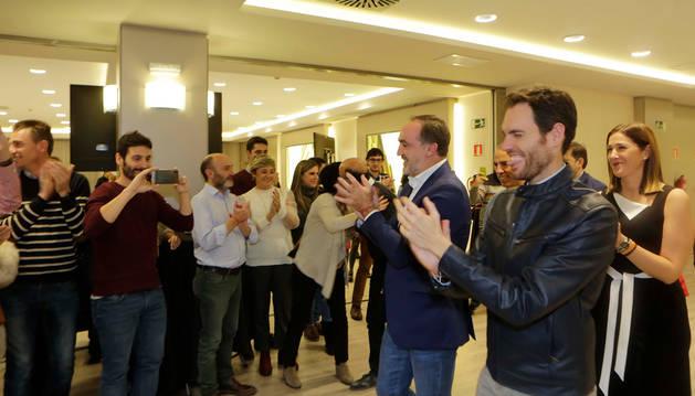 Sayas, primero por la derecha, junto a Esparza, celebran el triunfo de NA+ en los comicios de noviembre.