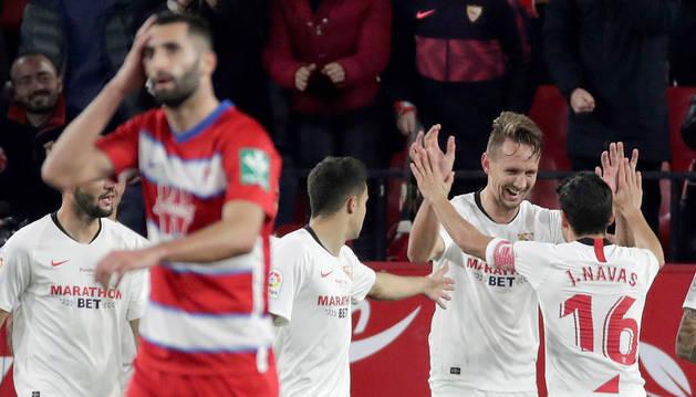 De Jong y Jesús Navas celebran el primer gol del conjunto hispalense ante el Granada.