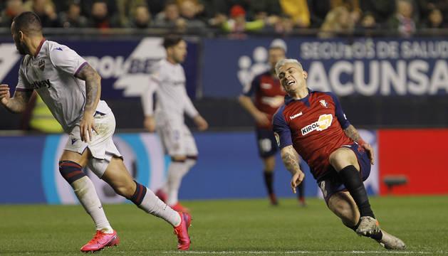 Momento en el que el Chimy Ávila se lesiona la rodilla en el partido Osasuna-Levante.