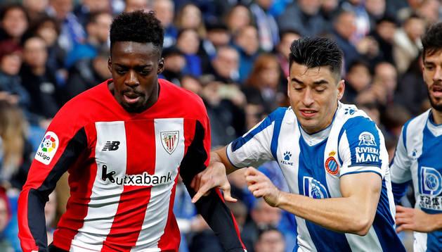 foto de  El delantero del Athletic de Bilbao Iñaki Williams, y el jugador del Espanyol Marc Roca pelean por un balón