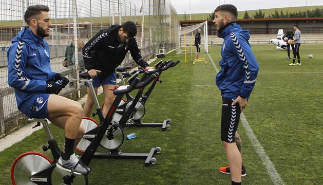 Roberto Torres, Sergio Herrera y David García durante el entrenamiento posterior al choque contra el Levante.