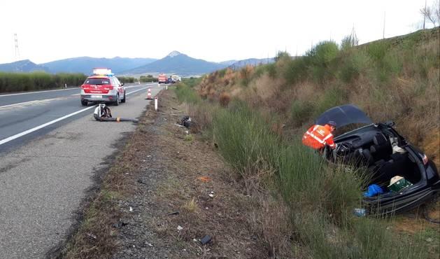 foto de Uno de los dos vehículos que chocaron en Barásoain se salió de la vía